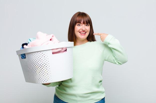 Plus la taille femme souriant avec confiance en montrant son large sourire, attitude positive, détendue et satisfaite