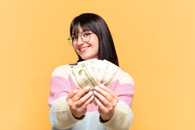 Plus la taille jolie femme avec des billets en dollars
