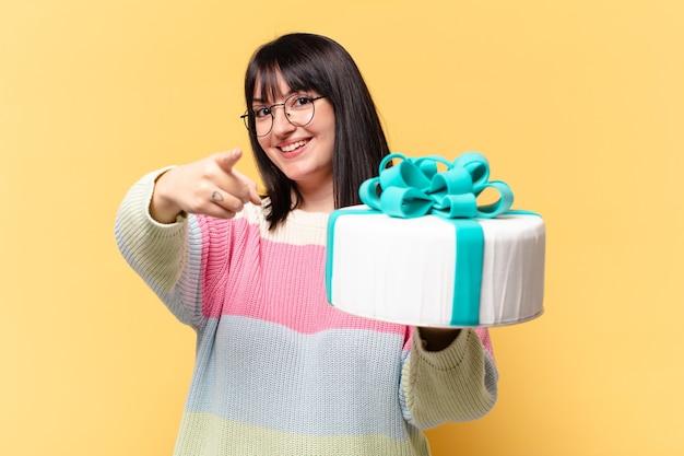 Plus la taille jolie femme avec un gâteau d'anniversaire
