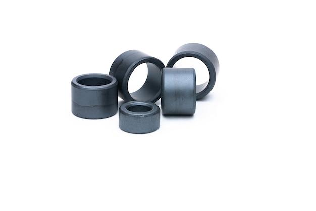 Plusieurs anneaux de ferrite sans enroulement isolés