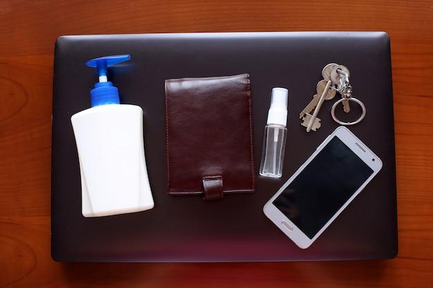 Plusieurs antiseptiques sur ordinateur portable. concept - lieu de travail de désinfection.