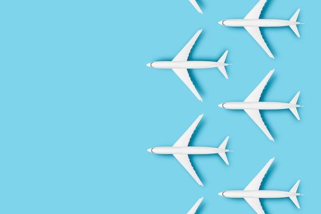 Plusieurs avions sur fond bleu. voyage conceptuel, billets d'avion, vol, itinéraire de palette, transfert.