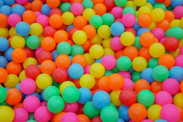 Plusieurs balles en plastique colorées dans la fosse pour l'activité des enfants dans une aire de jeux pour enfants