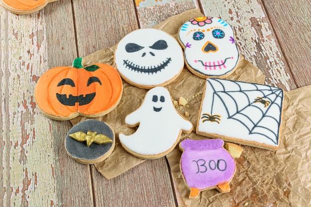 Plusieurs biscuits au beurre sur le thème d'halloween sur papier brun (vue de dessus).