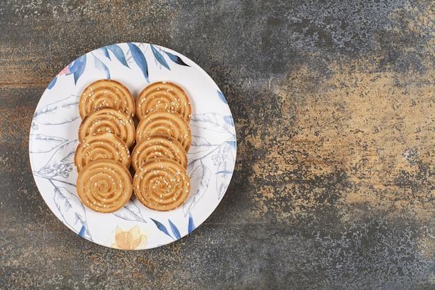 Plusieurs biscuits savoureux sur assiette colorée.