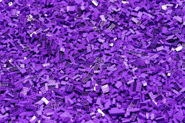 Plusieurs blocs de jouets en plastique violet pour fond de texture