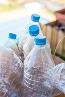Plusieurs bouteilles en plastique prêtes à être recyclées