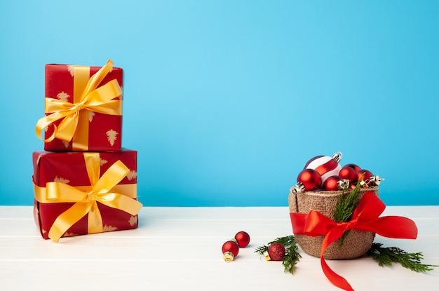 Plusieurs cadeaux de noël empilés dans un emballage de fête