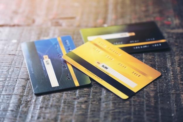 Plusieurs Cartes De Crédit Sur Table En Bois Photo Premium