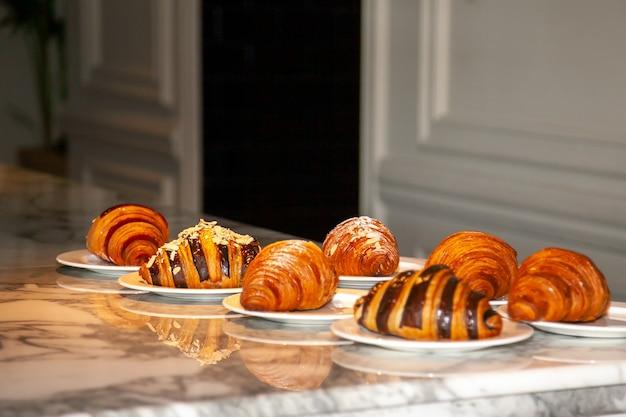 Plusieurs croissants sont posés sur la table en marbre avant de servir