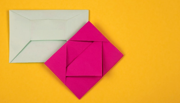 Plusieurs enveloppes colorées sur fond jaune.
