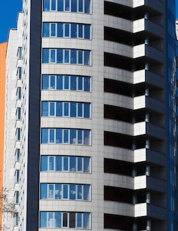 Plusieurs fenêtres de fond d'immeuble de grande hauteur