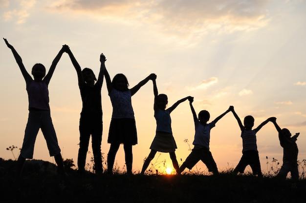 Plusieurs générations d'enfants avec les bras dans la nature