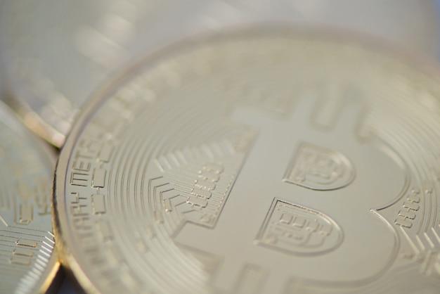 Plusieurs gros plan de bitcoin d'or, photo floue. monnaie électronique