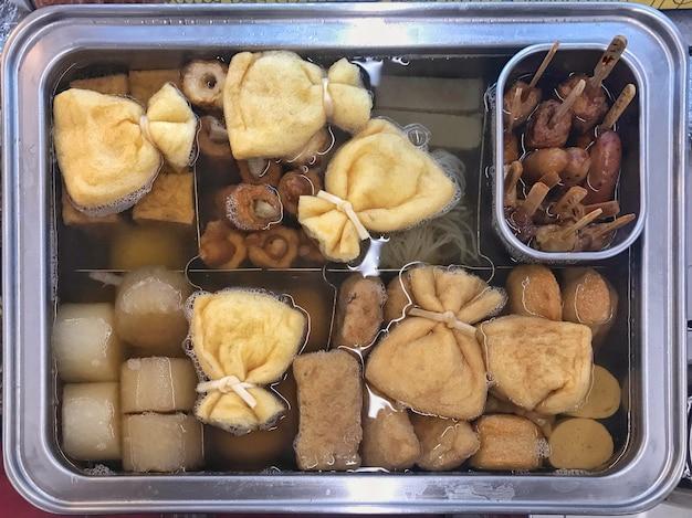Plusieurs japonais oden bouillant frais sur un plateau à soupe chaud