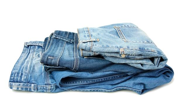 Plusieurs jeans de mode isolés sur blanc