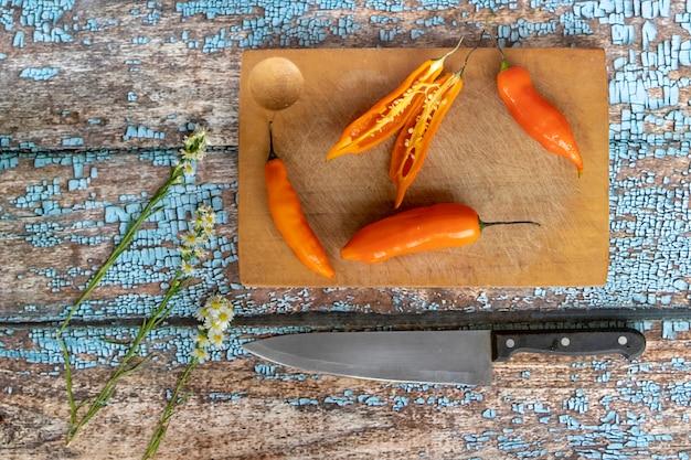Plusieurs jeunes sont coupés au couteau sur un plateau de cuisine
