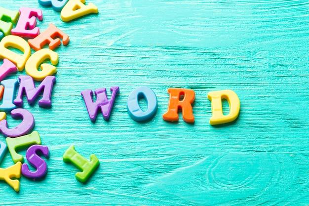 Plusieurs lettres de couleur - mot de texte