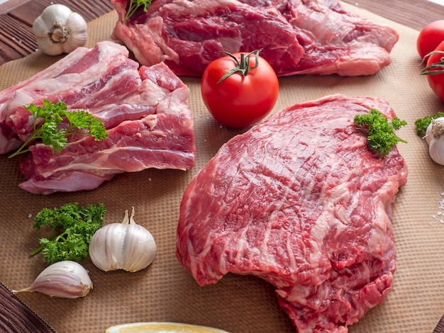 Plusieurs morceaux de bœuf black angus cru marbré