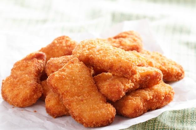 Plusieurs morceaux de nuggets de poulet