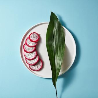 Plusieurs morceaux d'un pitahaya rose blanc tranché