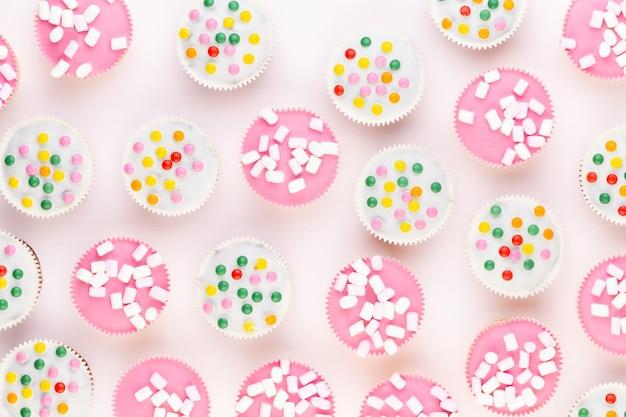 Plusieurs muffins colorés joliment décorés