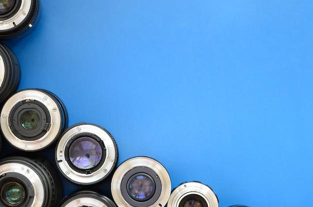 Plusieurs objectifs photographiques reposent sur un fond bleu vif. espace pour le texte
