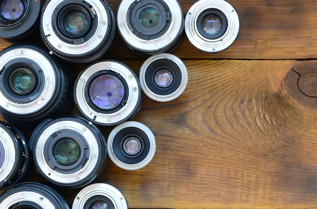 Plusieurs objectifs photographiques reposent sur un fond en bois marron. espace pour le texte