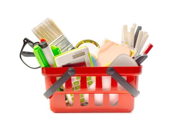 Plusieurs outils de bureau dans un panier d'achat, isolé sur fond blanc