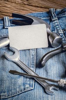 Plusieurs outils sur une poche de travailleurs en denim