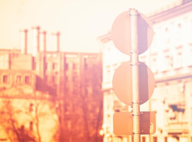 Plusieurs panneaux routiers pendant l'arrière-plan de l'heure du coucher du soleil