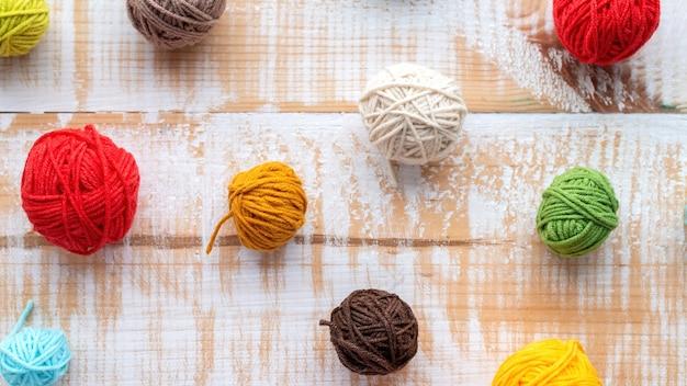 Plusieurs pelotes de laine colorées. vue de dessus