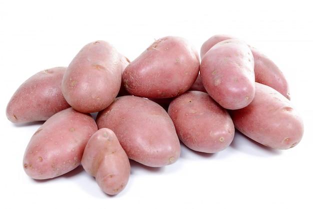 Plusieurs pommes de terre rouges isolés sur blanc
