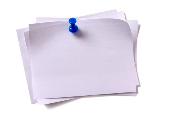 Plusieurs post collant blanc brouillon note épinglée fond blanc de punaise