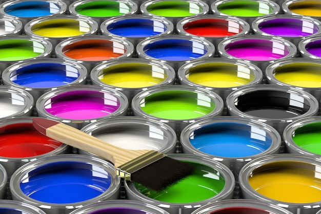 Plusieurs pots de peinture ouverts.