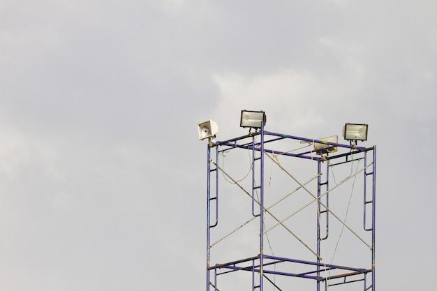 Plusieurs projecteurs sur une installation d'éclairage de scène de théâtre