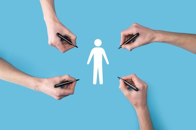 Plusieurs, quatre mains dessinent une icône humaine de personnes avec un marqueur. hr human, people icontechnology process system business avec recrutement, embauche, création d'équipe.