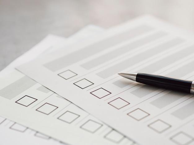 Plusieurs questionnaires électoraux non remplis