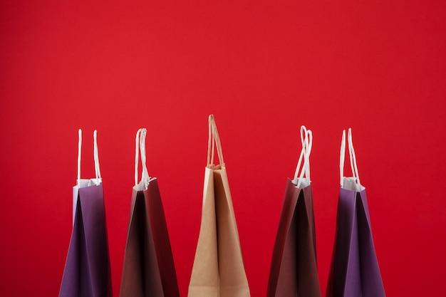 Plusieurs sacs à provisions avec fond sur rouge