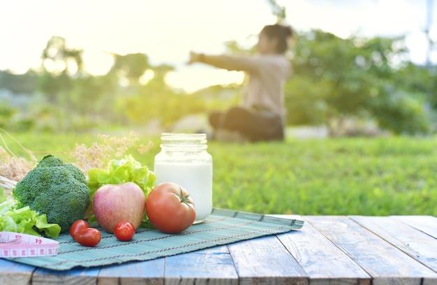 Plusieurs types de fruits et légumes alimentation saine et mode de vie d'exercice de yoga
