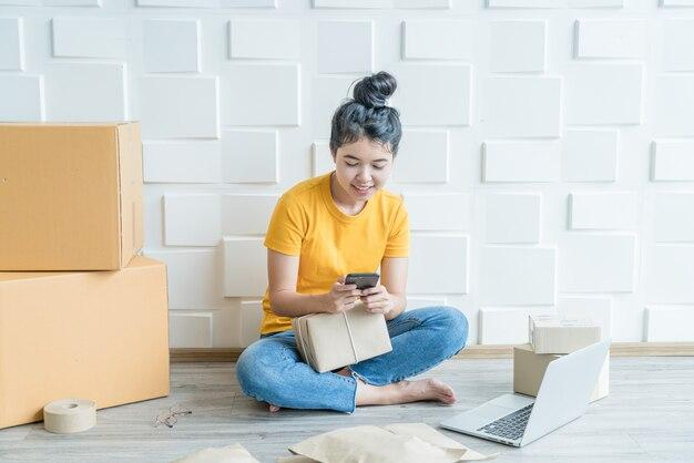 Pme entrepreneur freelance pme travaillant avec un téléphone intelligent