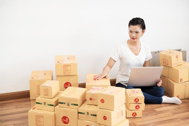 Pme nouvelle génération, jeune entrepreneur utilisant un ordinateur portable pour ses activités en ligne