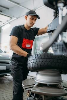 Pneu de changement de mécanicien, service de réparation
