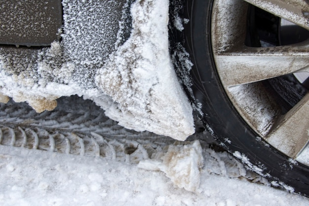 Pneu hiver sur route enneigée.