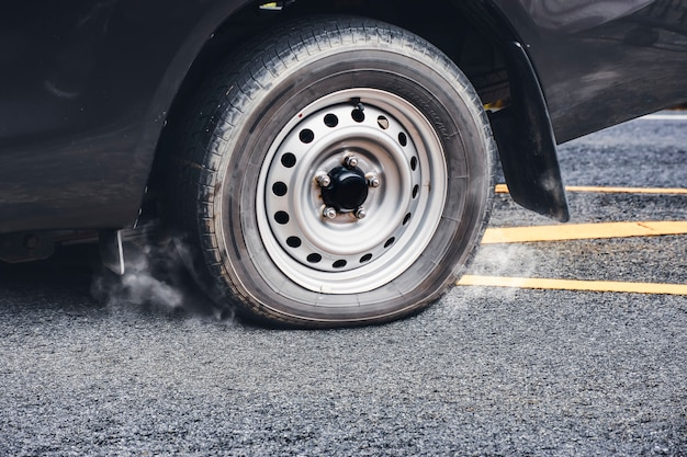 Pneu à plat de camionnette sur la route goudronnée
