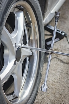 Un pneu roues pour le fond de l'automobile