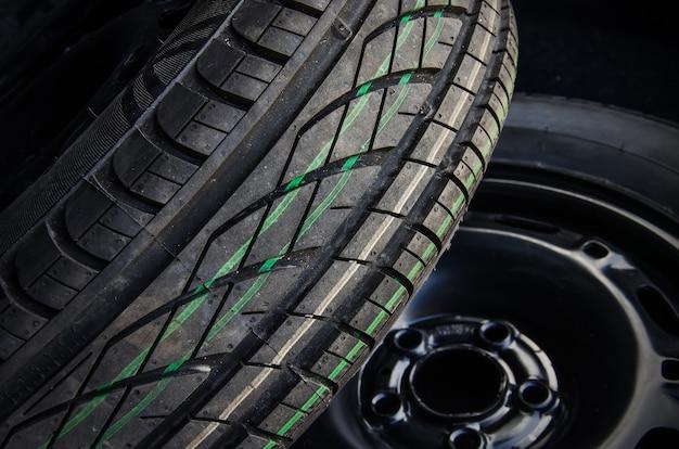 Pneus d'été sur jantes en acier. gros plan de fond de pneus de voitures.