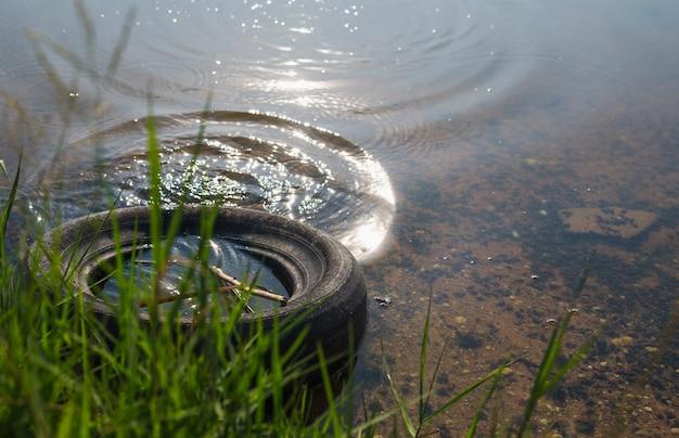 Les pneus ont été laissés dans le lac