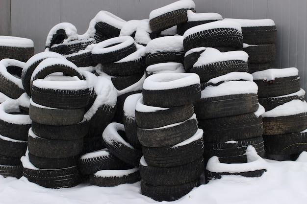 Pneus de voiture anciens et usagés en hiver