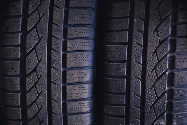 Pneus de voiture d'hiver close up profil de pneu d'hiver cloutable noir
